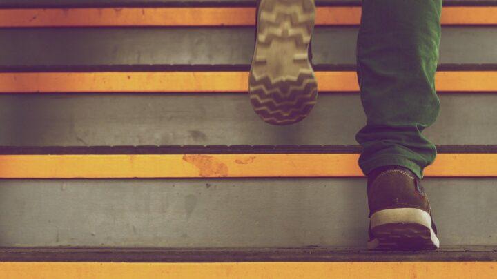 Sækkevogn til trapper – Skån din krop for tunge løft op og ned ad trapper